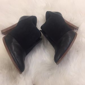 BANANA REPUBLIC SUEDE /LEATHER  BOOTIES🌺